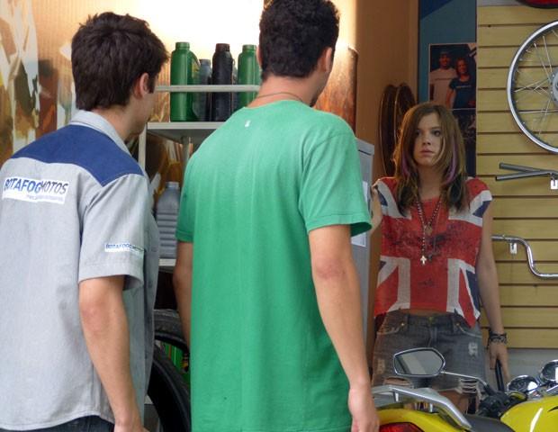 Shiii! A marrentinha faz uma barulhada e Sal saca tudo! (Foto: Malhação / TV Globo)