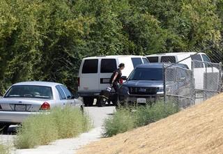 Polícia na casa de Chris Brown (Foto: Reuters)