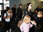Com os 6 filhos, Angelina Jolie e Brad Pitt são fotografados em aeroporto