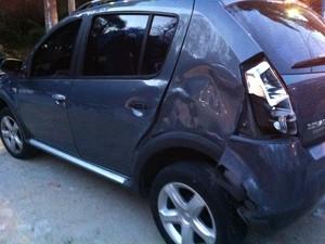 Carro que foi atingido por ônibus pouco antes de o veículo sair da pista na Rio-Teresópolis (Foto: Carolina Lauriano / G1)