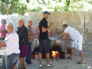 Trabalhadores rurais levaram caldeirões para preparar almoço (Foto: Amanda Franco/G1)