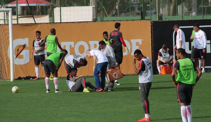 Seijas susto treino do Inter (Foto: Tomás Hammes/GloboEsporte.com)