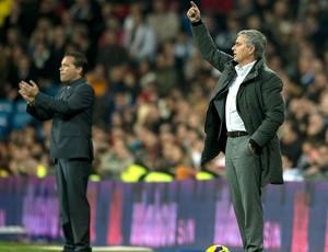 José Mourinho na partida do Real Madrid contra o Zaragoza (Foto: AFP)