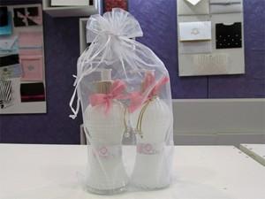 Vidros com 300 ml de shampoo e condicionador podem ser customizados com as iniciais dos noivos (Foto: Karina Trevizan/G1)