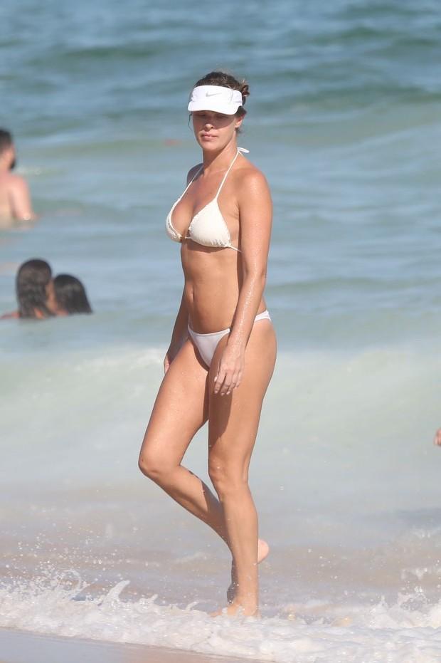 Letícia Birkhauer curte praia (Foto: ANDRÉ FREITAS/ AGNEWS )