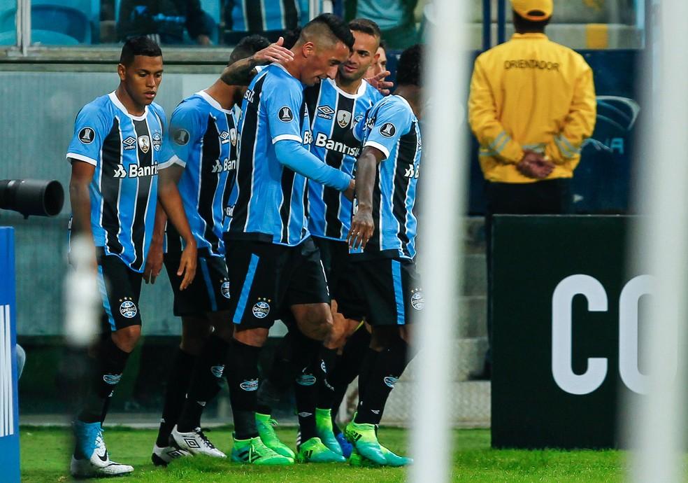 Lucas Barrios deu moral para Luan em entrevista (Foto: Lucas Uebel/Grêmio)
