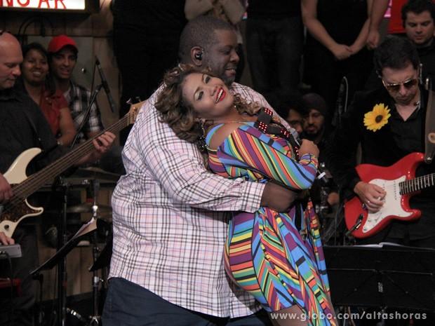 Péricles e Gaby Amarantos fazem um dueto inédito para animar a festa (Foto: TV Globo/Altas Horas)