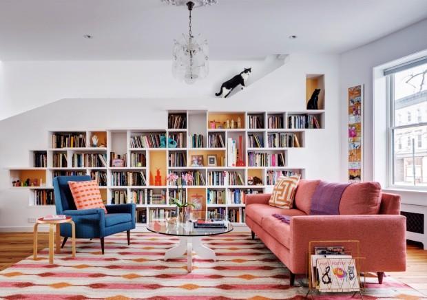 Passagem secreta. Além de abrigar livros, a estante criada pelo escritório estadunidense BFDO Architects permite que os gatos acessem o segundo pavimento da casa (Foto: BFDO Architects / Divulgação)