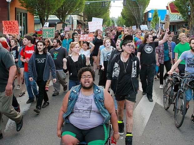 Centenas de pessoas participaram de passeata em Olympia (Foto: Steve Bloom / The Olympian / via AP Photo)