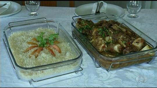 Organizador de eventos ensina como preparar receita de chambari