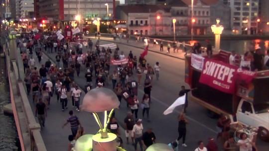 Professores fazem passeata no Recife em protesto contra a reforma da Previdência