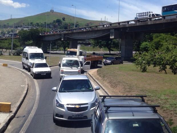 Motoristas estão presos em engarrafamento no acesso à Ponte Rio-Niterói, sentido Niterói. (Foto: Mateus Almeida/ EGO)