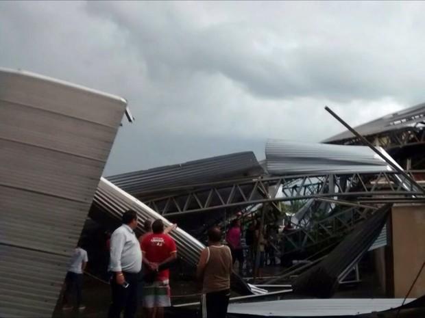 Cobertura de quadra de esportes foi levada pelo vento em Aguanil (MG) (Foto: Dionatan Santos)