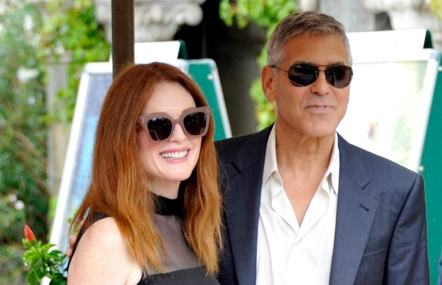 George Clooney e Julianne Moore concentram os flashes em Veneza (Foto: BACKGRID)