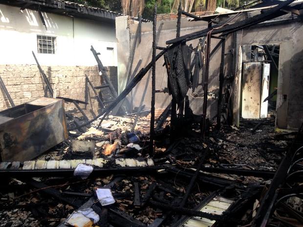 Incêndio atingiu casa na Zona Central de Macapá  (Foto: Jéssica Alves/G1)