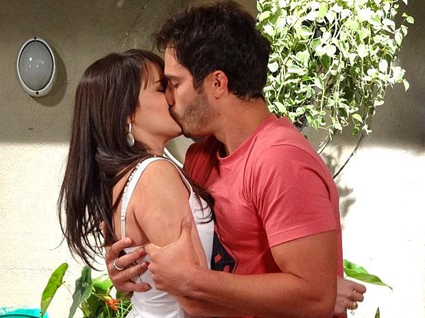 Zenon invade a casa de Carolina e beija a víbora (Foto: Guerra dos Sexos / TV Globo)