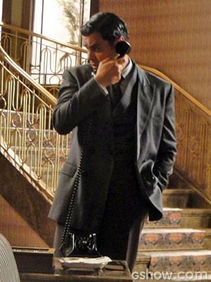 Manfred ao telefone (Foto: Joia Rara/TV Globo)
