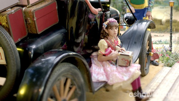 Pituquinha fica feliz quando vê os pneus vazios (Foto: Meu Pedacinho de Chão/TV Globo)