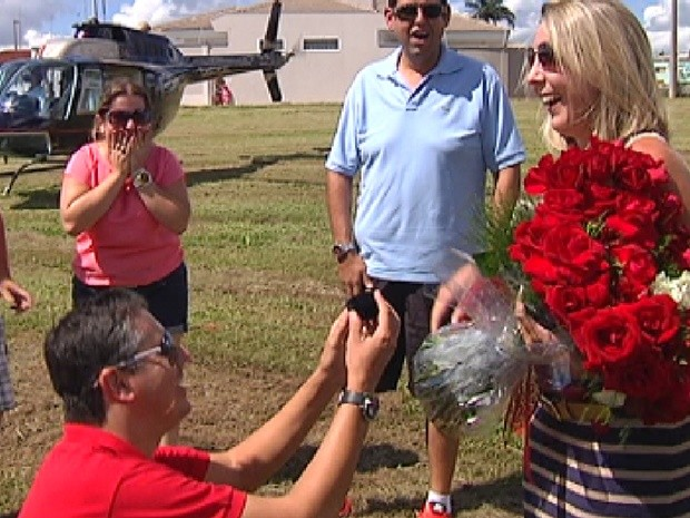 Com o helicóptero ao fundo, empresário faz o pedido de casamento à namorada (Foto: Divulgação)