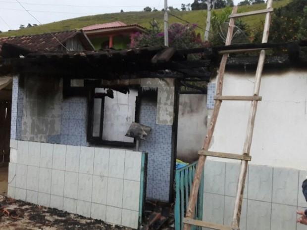 Incêndio destrói casa e caixão durante velório de idosa na região Serrana do ES