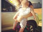 Claudia Leitte posta foto segurando o filho caçula