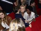 Xuxa é assediada por fãs no intervalo de espetáculo
