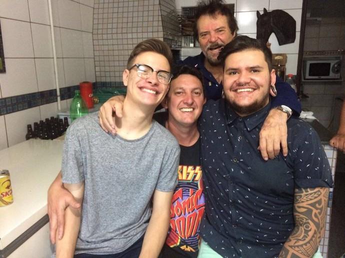 Renan ao lado do irmão, do pai e do avô (Foto: arquivo pessoal)