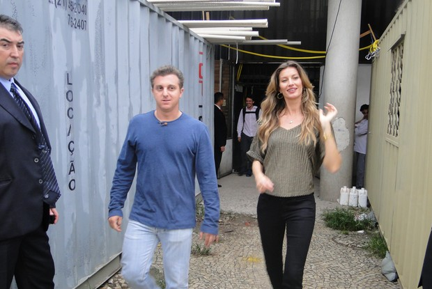 Luciano Huck grava com Gisele Bundchen o quadro 'Vou de T&#225;xi' no Rio (Foto: Caldeir&#227;o/TV Globo)
