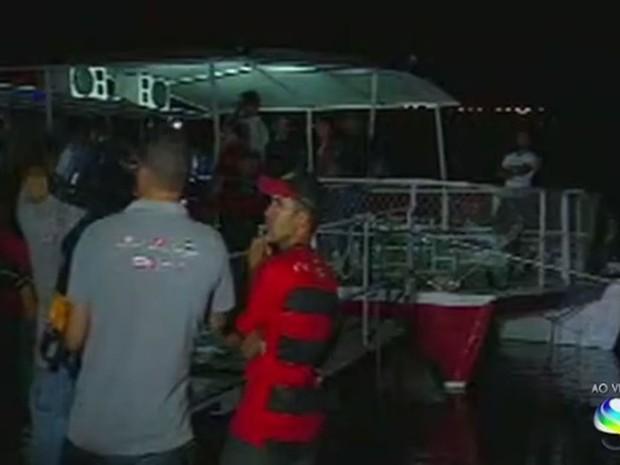 Corpo está em barco preso a catamarã atracado em Canindé de São Francisco (Foto: Reprodução/TV Sergipe)