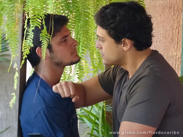 Hélio engrossa para a lado de Juliano (Foto: Flor do Caribe / TV Globo)