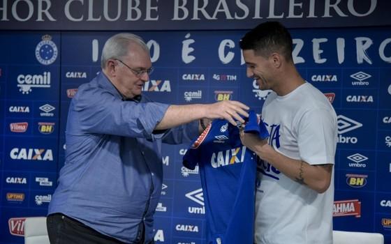 Gilvan Pinho Tavares, presidente do Cruzeiro, apresenta o reforço Thiago Neves (Foto: Divulgação / Cruzeiro)