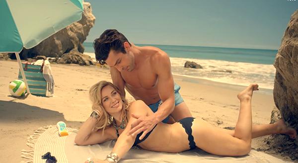 Hilary Duff no vídeo clipe da sua música 'Chasing the Sun' (Foto: Reprodução)