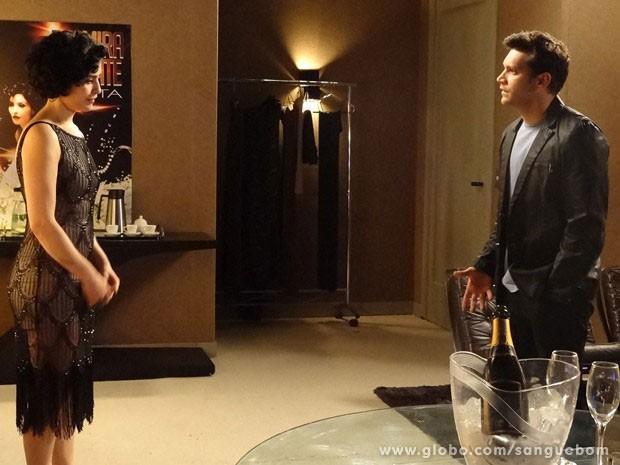 Verônica recebe Érico no camarim (Foto: Sangue Bom / TV Globo)