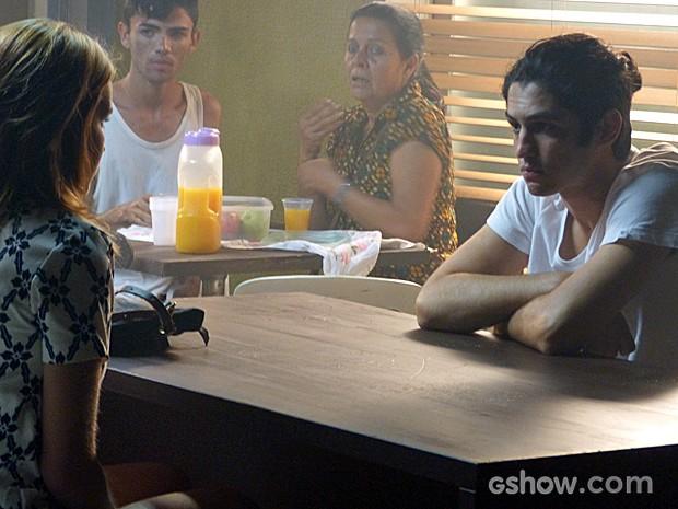 Ele se faz de vítima e finge estar apanhando de todos (Foto: Malhação / TV Globo)