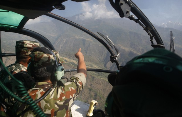 Nepalestes buscam helicóptero desaparecido no distrito de Dolakha, no Nepal (Foto: Niranjan Shrestha/AP)