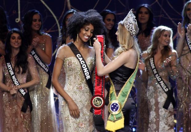 Sabrina de Paiva recebe a faixa (Foto: Celso Tavares/EGO)
