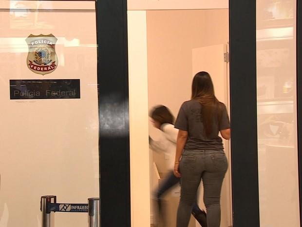 Sininho está detida no Aeroporto Salgado Filho (Foto: Reprodução/RBS TV)