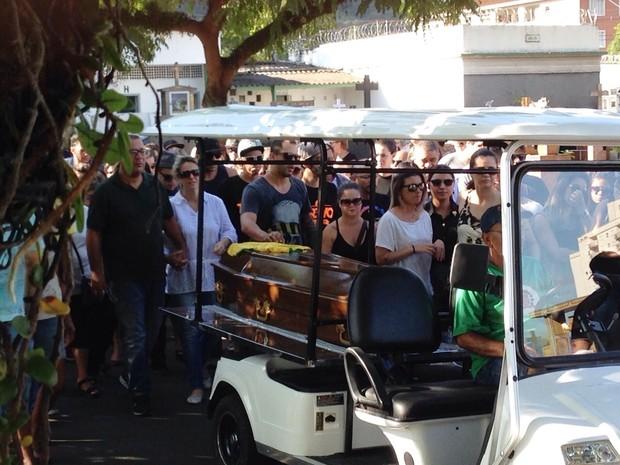 Amigos e familiares se despediram do músico na manhã desta terça (Foto: Cássio Lyra/G1)