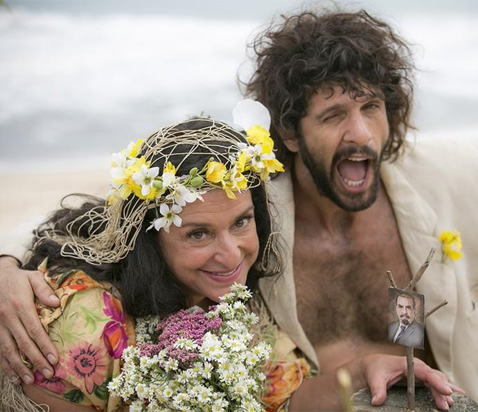 Teodora se casa com pescador na ilha deserta (Foto: Raphael Dias/Gshow)