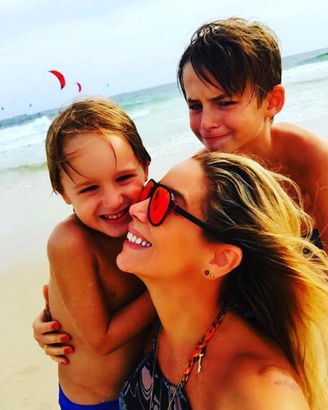 Danielle Winits com os filhos (Foto: Reprodução)