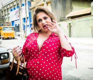 Fafy Siqueira interpreta Dona Marisa em 'Chapa Quente' (Foto: Globo/João Miguel Júnior)