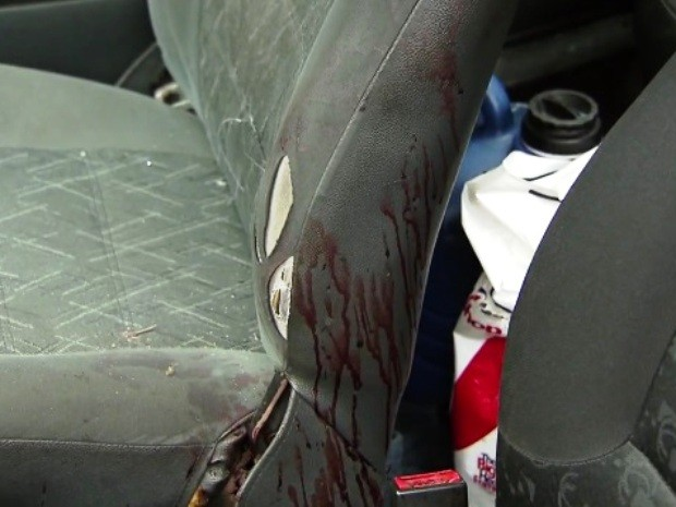 Carro ficou com manchas de sangue (Foto: Reprodução / TV Tribuna)