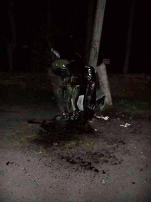 Motorista fica em estado grave após bater carro e rachar poste no RS