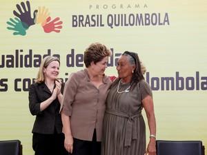 Dilma Rousseff cumprimenta moradora de quilombo durante cerimônia em homenagem ao Dia da Consciência Negra no Palácio do Planalto. (Foto: Roberto Stuckert Filho/PR)