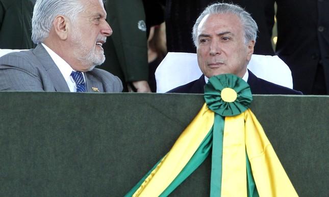 O ministro-chefe da Casa Civil, Jaques Wagner, e o vice-presidente, Michel Temer