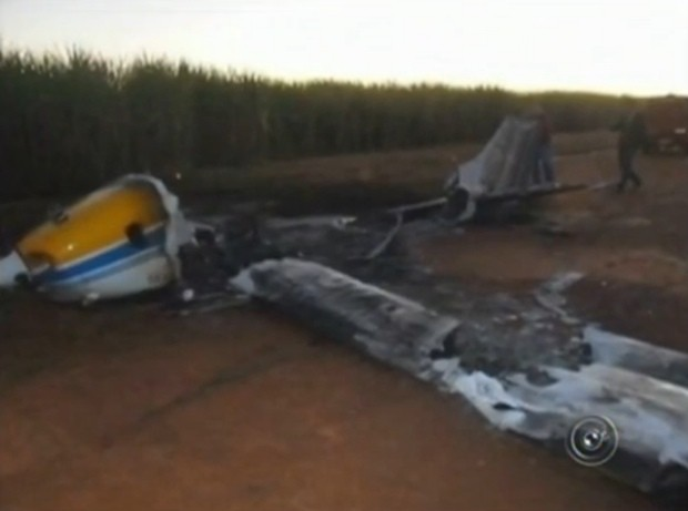 Avião ficou completamente destruído pelo fogo (Foto: Divulgação / Reprodução)