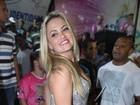 Ellen Rocche usa roupa comportada para ir a ensaio de escola de samba