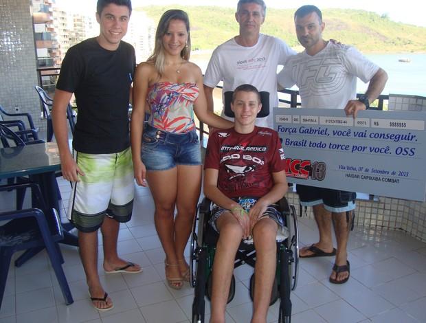 Família de Gabriel Diniz recebe promotor do HCC e ring girl oficial do evento de MMA (Foto: Divulgação/Haidar Capixaba Combat)