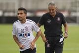 Sem se incomodar com a reserva, Petros descarta deixar o Corinthians