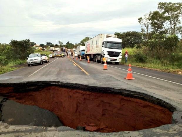 Chuva abre buraco na BR-163 em Bandeirantes, MS (Foto: Felipe Bastos/G1 MS)